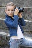 Menina bonita com a câmera no parque imagens de stock royalty free