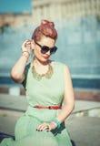 Menina bonita com cabelo cor-de-rosa na roupa do vintage Fotografia de Stock Royalty Free