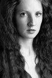 A menina bonita com cabelo curly Fotografia de Stock