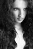 A menina bonita com cabelo curly Foto de Stock