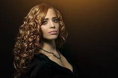 Menina bonita com cabelo curly Imagem de Stock Royalty Free