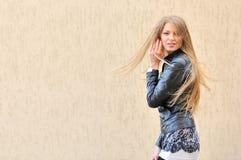 Menina bonita com cabelo de vibração foto de stock