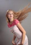 Menina bonita com cabelo de vibração. Imagens de Stock Royalty Free