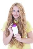 Menina bonita com cabelo encaracolado e a garrafa longos do champô imagens de stock