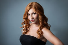 Menina bonita com cabelo encaracolado vermelho Imagens de Stock