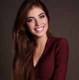 Menina bonita com cabelo escuro e composição brilhante no vestido elegante imagens de stock