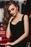 Menina bonita com cabelo longo e figura magro na fotografia de stock royalty free