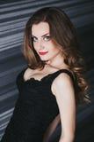 Menina bonita com cabelo longo e figura magro na imagens de stock royalty free