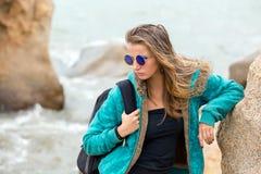 Menina bonita com cabelo longo na costa Fotografia de Stock Royalty Free