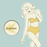 Menina bonita com cabelo longo no roupa de banho amarelo em um fundo azul, vetor Imagens de Stock Royalty Free