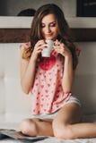Menina bonita com cabelo longo nos pijamas fotografia de stock royalty free