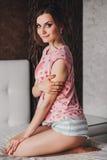 Menina bonita com cabelo longo nos pijamas fotos de stock royalty free