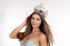A menina bonita com cabelo longo veste o vestido luxuoso e a coroa imagens de stock