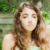Menina bonita com cabelo ondulado longo foto de stock