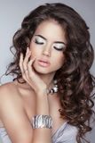 Menina bonita com cabelo ondulado longo marrom composição jóia Attra Imagem de Stock Royalty Free