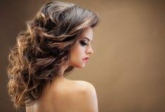 Menina bonita com cabelo ondulado longo Morena com hairsty encaracolado Fotos de Stock