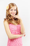 Menina bonita com cabelo ondulado longo no cinza Imagens de Stock
