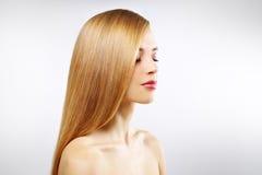 Menina bonita com cabelo reto Imagens de Stock