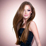 Menina bonita com cabelo reto longo Fotos de Stock Royalty Free