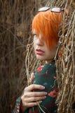 Menina bonita com cabelo vermelho curto imagens de stock royalty free