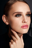 Menina bonita com cara da beleza, composição e as pestanas pretas longas fotos de stock