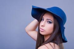 Menina bonita com chapéu azul Imagem de Stock