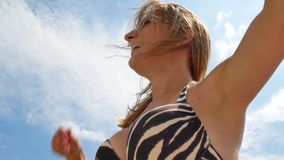 Menina bonita bonita com claro - banho de sol marrom do cabelo filme