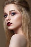 Menina bonita com composição colorida profissional Foto de Stock