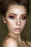 Menina bonita com composição colorida profissional Imagem de Stock