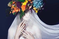 Menina bonita com composição da arte, flores, e tratamento de mãos dos pregos do projeto Face da beleza Imagem de Stock Royalty Free