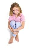 Menina bonita com a composição da borboleta da flor que senta-se e que olha acima Foto de Stock Royalty Free