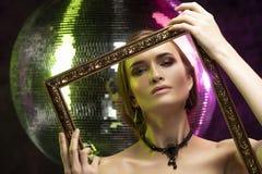 Menina bonita com a composição da noite que veste uma colar elegante fotografia de stock