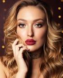 Menina bonita com composição loura do cabelo encaracolado e da noite fotos de stock