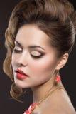 Menina bonita com composição perfeita da pele e da noite Imagens de Stock