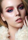 Menina bonita com composição profissional no casaco de pele Imagens de Stock Royalty Free