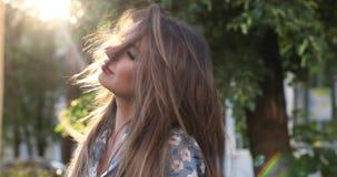 Menina bonita com composição que sorri e que toca em seu cabelo video estoque