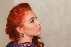 Menina bonita com composição sutil e cabelo vermelho Fotos de Stock