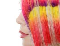 A menina bonita com a costa multi-colorida no cabelo Fotografia de Stock Royalty Free
