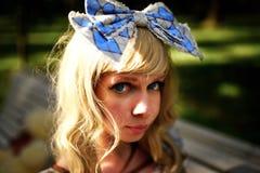 Menina bonita com curva e olhos azuis grandes Fotografia de Stock