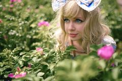 Menina bonita com curva e olhos azuis grandes Imagem de Stock Royalty Free