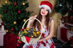 Menina bonita com decorações do Natal Foto de Stock