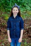 Menina bonita com dez anos de apreciação velha de um dia bonito Imagem de Stock Royalty Free