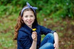Menina bonita com dez anos de apreciação velha de um dia bonito Foto de Stock Royalty Free