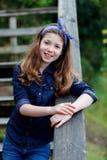 Menina bonita com dez anos de apreciação velha de um dia bonito Fotos de Stock