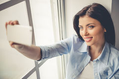 Menina bonita com dispositivo fotos de stock royalty free