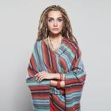 Menina bonita com dreadlocks jovem mulher bonita com a hippie africana do penteado das tranças Foto de Stock Royalty Free