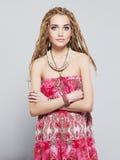 Menina bonita com dreadlocks jovem mulher bonita com tranças africanas Fotos de Stock