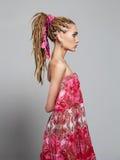 Menina bonita com dreadlocks jovem mulher bonita com tranças africanas Imagem de Stock