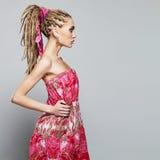Menina bonita com dreadlocks jovem mulher da beleza com tranças africanas Imagem de Stock Royalty Free