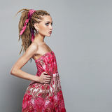 Menina bonita com dreadlocks jovem mulher da beleza com tranças africanas Fotografia de Stock Royalty Free